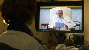 11 mars 2020 : Suite aux mesures de confinement prises par le gouvernement italien contre la propagation du coronavirus Covid-19, une femme suit l'audience générale du pape François sur son ordinateur, depuis chez elle. Rome, Italie.