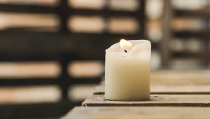 « Avant de commencer la célébration, il sera bon de disposer un petit espace-prière avec par exemple une croix et une bougie allumée à côté.  »