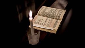 Temps de prière guidé par une revue de prière.