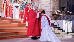 29 juin 2019 : Evêques faisant l'imposition des mains, lors d'une ordination presbytérale durant la messe célébrée en l'église Notre Dame au Cierge à Epinal (88), France.